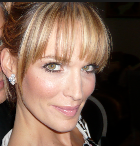 Molly-Sims-selfie-closeup-photo-blonde-hair-bangs