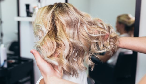 Bouncy-full-hair-curls-stylist-salon-avoiding-hair-buildup-viviscal-blog
