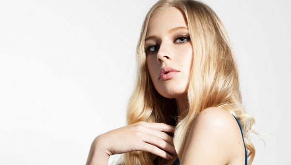 light honey blonde hair woman new fall hair color viviscal hair blog